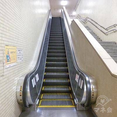 エスカレーターまたは階段で地上へ向かってください。