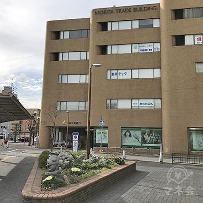 三井住友銀行の茶色いビルです。