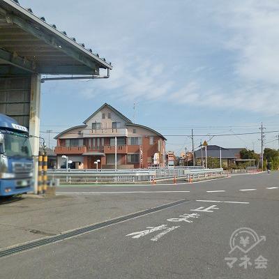 運送会社の先にある交差点を左折してください。