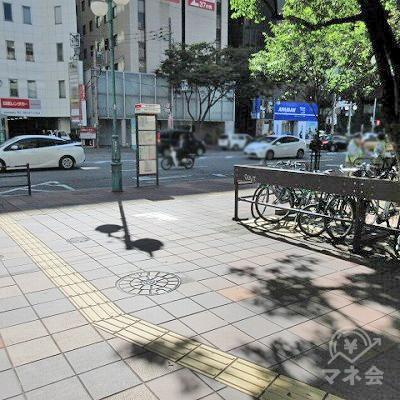 筑紫口通りに出たら右へ曲がります。