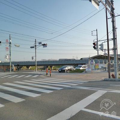 信号機の交差点を右折してください。