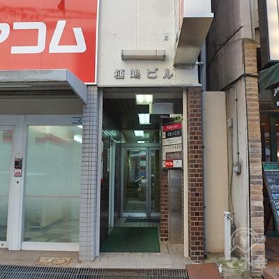 入口は正面向かって右にあります。アイフル店舗はビル2階です。
