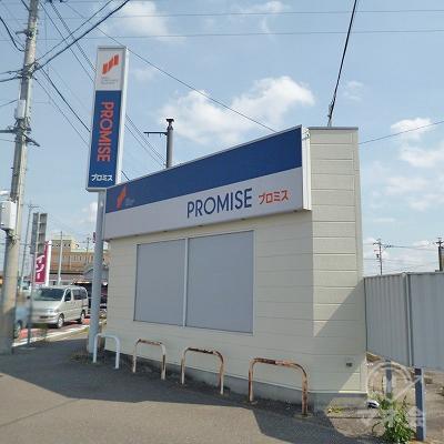 交差点の角に、白い外壁の独立型店舗が現れます。