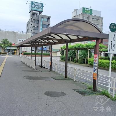 右手にバスの停留所があるのでそのまま進みます。