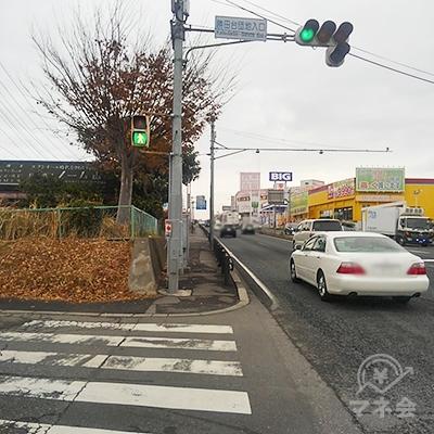 横断歩道を渡ったら右に曲がり、35メートル歩きます。
