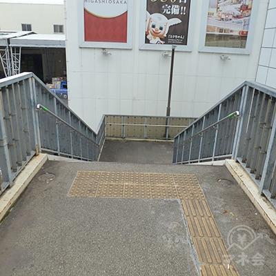 6番出口を進むと、階段を下ります。