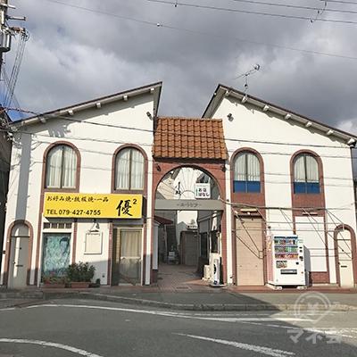 駅を出て、歩道づたいに左折すると、お好み焼き店が見えます。