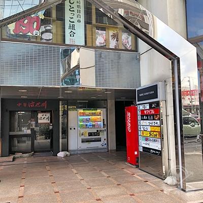 店舗があるビルの入り口です。