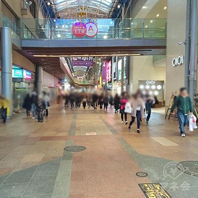 神戸三宮センター街を直進します。