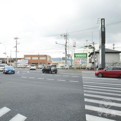 国道24号と交差する「柏木町交差点」です。正面の横断歩道を渡ります。