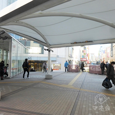 駅の右奥側、ツインズイースト前の階段です。