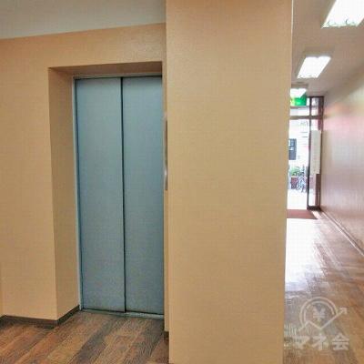 案内板の対角にエレベーターがあります。