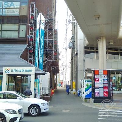 三井住友信託銀行と枚方近畿ビルの間の道を進みます。