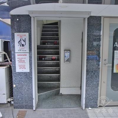 左手にある建物入り口から2Fに上がります。