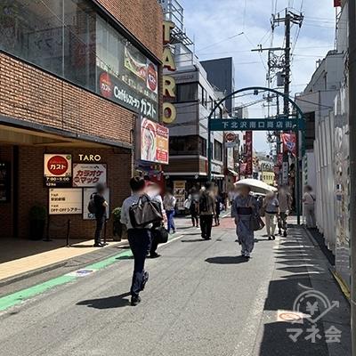 正面に「下北沢南口商店街」のアーチが見えます。