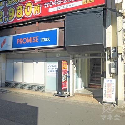 店舗の右手に入口があります。