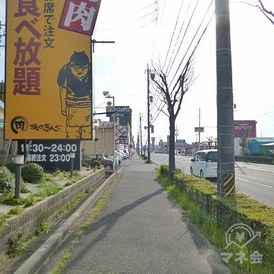 大通りを左折してください。