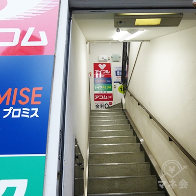 ドアを開けると階段です。2階へどうぞ。