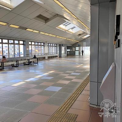 駅内2階の通路を進みます。