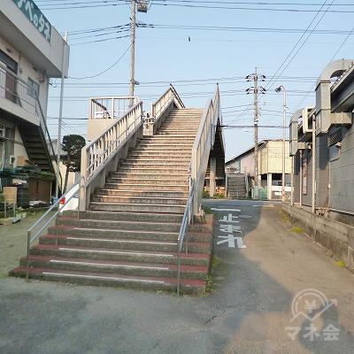 路地に入り、前方にある歩道橋で大通りを渡ってください。