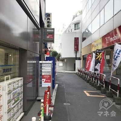 路地に入ると看板が見えます。