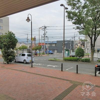 駅外に出てロータリーを抜け、下曽根駅前交差点へ行きます。
