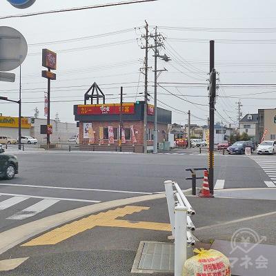 すき家がある大きな交差点を右折してください。