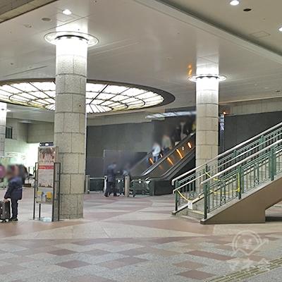 広場の右手エスカレーターで上がると南10番出口です。