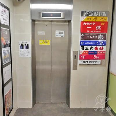 左側にエレベーターがあります。階段かエレベーターで2階に行きましょう。