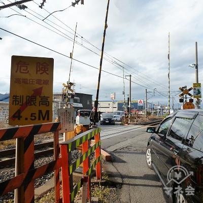 引き続き、JR和歌山線の踏切を渡ります。