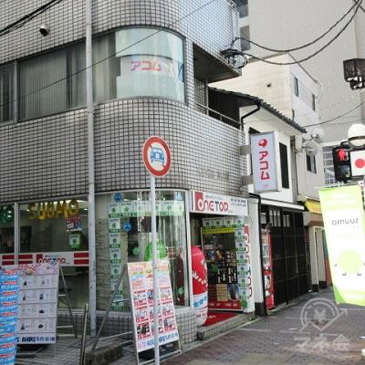 建物左手の細い路地に入口があります。