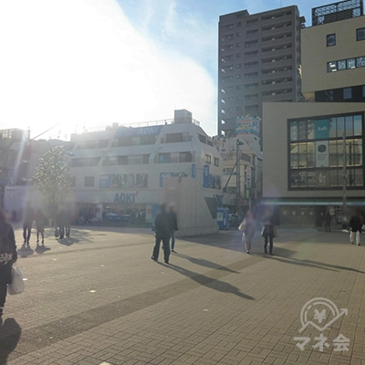 駅前広場の向かいにアオキが見えます。右手を直進します。