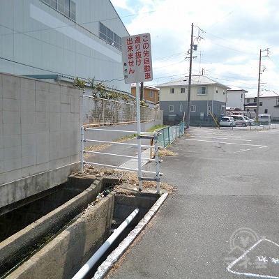 車道が駐車場に突き当たったら、左側の歩行者専用の道へ進みます。