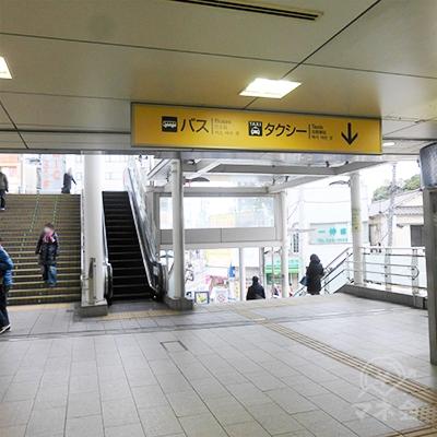 左手上り階段がJR線への乗換通路です。右手の下りの階段を下ります。