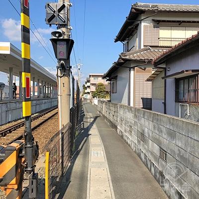線路沿いの歩行者用通路を北へ向かって歩きます。