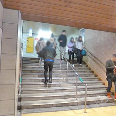 地下街突き当りに階段があります。それを上がります。