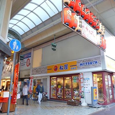 店舗入口は商店街内です。商店街に入ります。