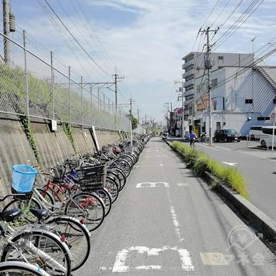 自転車置き場の前を直進します。