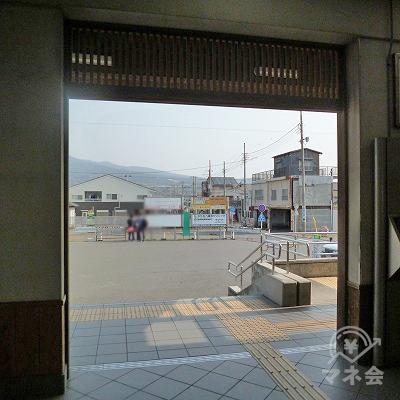 改札を抜けたら、駅前のロータリーを直進して横切ります。
