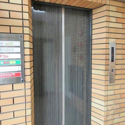 エレベーターで4階にあがります。