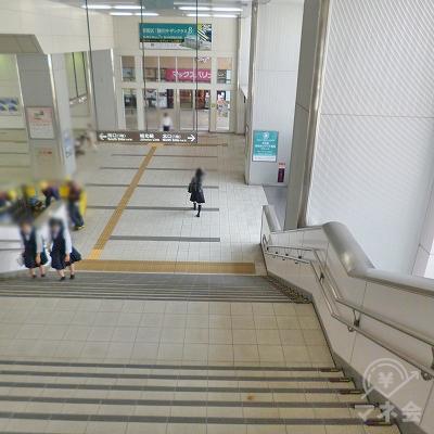 階段を下りて地上へ向かいます。