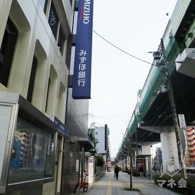 新なにわ筋沿いの歩道を歩きます。高架は阪神高速神戸線です。
