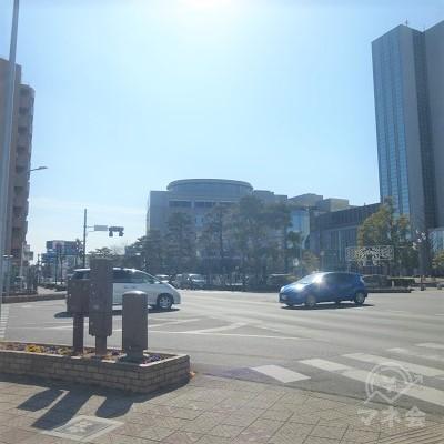 太田市役所前交差点を対角線に渡ります。