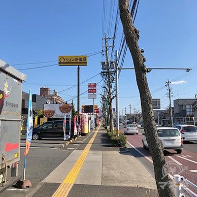 左手にカレーハウスCoCo壱番屋があります。交差点を直進すると看板が見えてきます。