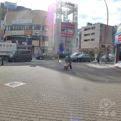 すぐ「東三国2」交差点を右折します。横断歩道は渡りません。