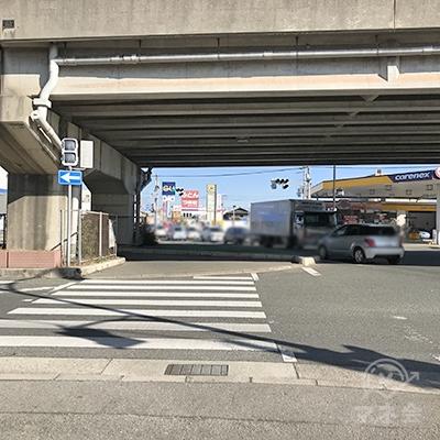 壱丁田の交差点の1つ目の信号を渡った後、斜め左に進みます。