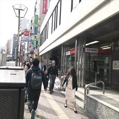 三菱UFJ銀行の付近から上にレイクの看板が見えます。