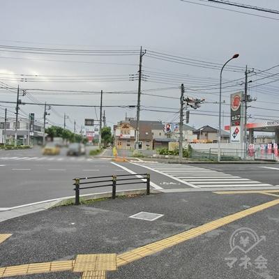 そのまま進み国道4号の交差点を渡ります。目印は向かいの出光石油です。
