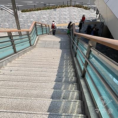 階段を降りましょう。