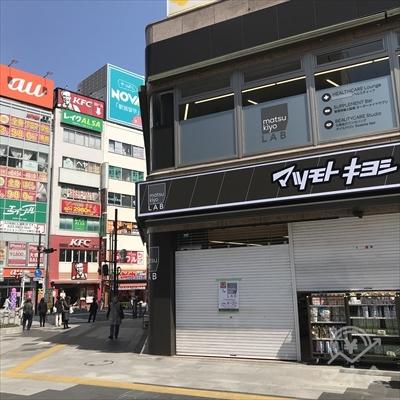 大和証券のビルの1階、マツモトキヨシの左側から通りを渡ります。